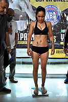 """MONTERIA - COLOMBIA, 18-05-2018:Pesaje de la boxeadora Yazmín """"La rusita """"Rivas de México retadora de la colombiana  Liliana """"La Tigresa"""" Palmera de Montería , antes de la pelea por el títiulo Mundial Super Gallo a realizarse en  el coliseo """"Happy Lora """" de esta ciudad , mañana Sábado ./ Weighing of the boxer  Yazmín Rivas of Mexico, challenger of the Colombian Liliana """"La Tigresa"""" Palmera de Montería, before the fight for the title World Super Gallo to be held at the Coliseum """"Happy Lora"""" of this city, tomorrow Saturday. Photo: VizzorImage / Andrés Felipe López Vargas / Contribuidor"""