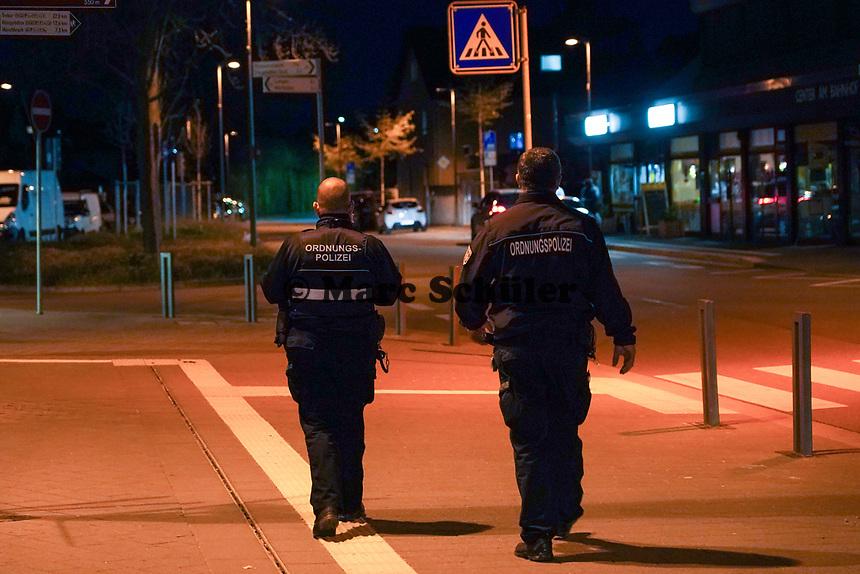 Ordnungspolizeibeamte Thorsten Richter (l) und Mustafa Kaya unterwegs in Mörfelden-Walldorf - 03.04.2021 Mörfelden-Walldorf: Kontrolle Ausgangssperre durch das Ordnungsamt