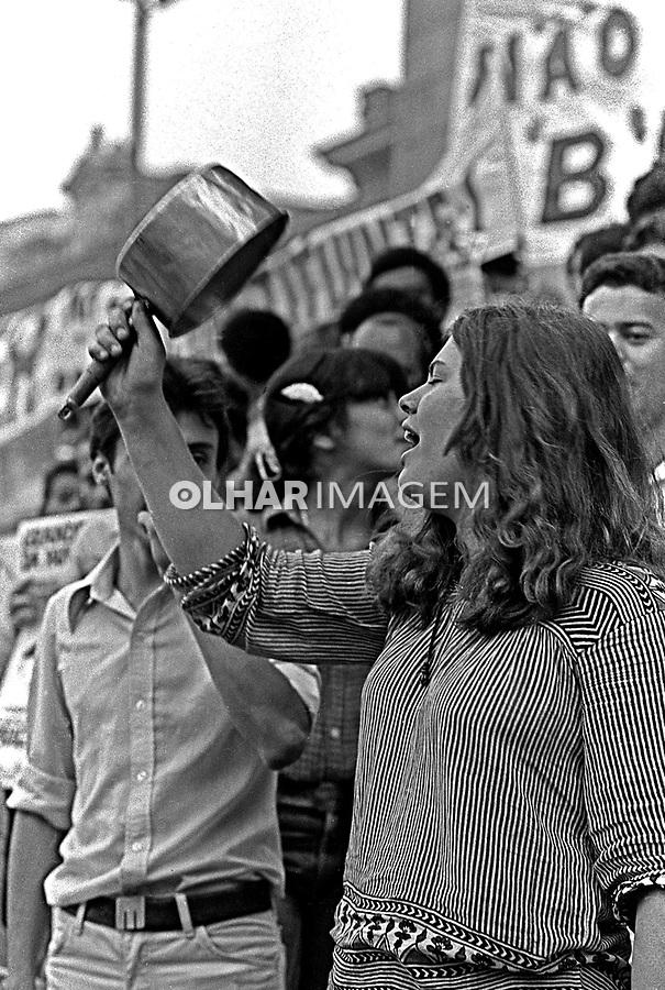 Manifestação do Movimento Contra a Carestia na Praça da Sé. SP. 1981. Foto de Juca Martins.