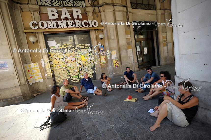 Il bar Commercio è diventato una bacheca per i post-it con messaggio dedicati alla città.The bar Commercio has become a showcase for post-it with a message dedicated to the city.