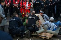 Gegen den Protest mehrerer tausend Menschen setzte die Polizei am 1. Mai in Berlin einen Aufmarsch von ca. 300 Neonazis aus ganz Deutschland durch. Es gab mehrere Versuche die Marschroute mit Blokaden zu sperren, so auch einer Betonpyramide, an die sich 4 Menschen angekettet hatten (im Bild).<br />1.5.2013, Berlin<br />Copyright: Christian-Ditsch.de<br />[Inhaltsveraendernde Manipulation des Fotos nur nach ausdruecklicher Genehmigung des Fotografen. Vereinbarungen ueber Abtretung von Persoenlichkeitsrechten/Model Release der abgebildeten Person/Personen liegen nicht vor. NO MODEL RELEASE! Don't publish without copyright Christian-Ditsch.de, Veroeffentlichung nur mit Fotografennennung, sowie gegen Honorar, MwSt. und Beleg. Konto:, I N G - D i B a, IBAN DE58500105175400192269, BIC INGDDEFFXXX, Kontakt: post@christian-ditsch.de<br />Urhebervermerk wird gemaess Paragraph 13 UHG verlangt.]