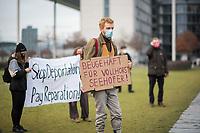 Anlaesslich der Debatte zum Jahressteuergesetz 2020 am Mittwoch den 16.12. im Bundestag protestierten vor dem Reichstagsgebeaude Mitglieder und Unterstuetzer der Vereinigung der Verfolgten des Naziregiemes-Bund der Antifaschisten für die Wiederanerkennung der Gemeinnuetzigkeit des Vereins. Die Berliner Finanzbehoerde hatte die Gemeinnuetzigkeit aberkannt, da der bayerische Verfassungsschutz den Verein in einem Verfassungsschutzbericht erwaehnt hatte.<br /> An der Kundgebung nahmen auch antirassistische Gruppen Teil, die sich gegen Abschiebungen engagieren.<br /> 16.12.2020, Berlin<br /> Copyright: Christian-Ditsch.de