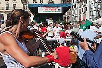 Europe/France/Aquitaine/64/Pyrénées-Atlantiques/Pays-Basque/Bayonne: Musiciens lors du Championnat du Monde d' omelette aux piments pendant les Fêtes de Bayonne