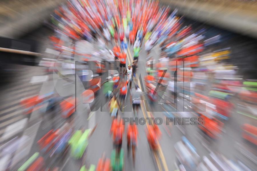 SAO PAULO, SP, 31.12.2013 - 89 CORRIDA DE SAO SILVESTRE -  Milhares de corredores participam na Corrida Internacional de São Silvestre 89 ao longo da Avenida Paulista em São Paulo, em 31 de dezembro de 2013. Com participação recorde de 27.500 atletas, de 41 países o evento tradicional da véspera de Ano Novo. (Foto: Vanessa Carvalho / Brazil Photo Press).