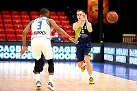 10-04-2021: Basketbal: Donar Groningen v ZZ Leiden: Groningen, Leiden speler Riley Lachance speelt de bal langs Donar speler Jarred Ogungbemi-Jackson