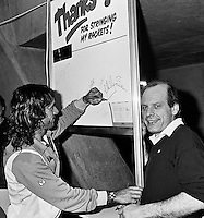 "1982, ABN WTT, Vilas bedankt de ""stringer"" Bob Janse"
