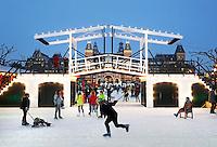 Schaatsen op het Museumplein in Amsterdam. Replica van de Magere Brug