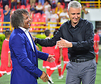 IBAGUE -COLOMBIA, 05-03-2019: Alberto Gamero técnico del Tolima interactua con Tiago Nunes técnico del Paranaense durante partido por la fecha 1, grupo G, de la Copa CONMEBOL Libertadores 2019 entre Deportes Tolima de Colombia y Athletico Paranaense de Brasil jugado en el estadio Manuel Murillo Toro de la ciudad de Ibagué. / Alberto Gamero coach of Tolima interacts with Tiago Nunes coach of Paranaense during match for the date 1, grupo G, as part of Copa CONMEBOL Libertadores 2019 between Deportes Tolima and Athletico Paranaense of Brazil played at Manuel Murillo Toro stadium in Ibague. Photo: VizzorImage / Juan Carlos Escobar / Cont