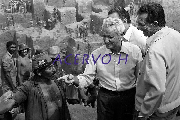 Garimpo de Serra Pelada.<br /> Senador Gabriel Hermes e o ministro das Minas e Energias César Cals.<br /> Marabá, Pará, Brasil.<br /> Foto Lúcio Flávio Pinto.<br /> 1982