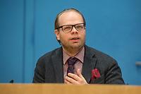 """Dr. Felix Klein, Beauftragter der Bundesregierung fuer juedisches Leben in Deutschland und den Kampf gegen Antisemitismus, Prof. Matitjahu Kellig, Vorsitzender des Vorstandes von Toleranz-Tunnel e. V. und Helge Lindh, FDP-MdB stellten am Montag den 25. Januar 2021 in Berlin stellten anlaesslich des internationalen Gedenktag fuer die Opfer des Nationalsozialismus (dem 27.Januar) das Projekt """"Toleranz Tunnel"""" vor.<br /> Das Projekt will innerhalb der kommenden fuenf Jahre mit zehn Toleranz-Tunneln durch die Bundesrepublik touren und dabei """"Respekt, Toleranz, Zivilcourage und Mitmenschlichkeit propagieren"""".<br /> Massgeblich an der Planung und Realisierung sind die Kreuzberger Initiative gegen Antisemitismus (KIgA) sowie die Universitaet Bielefeld beteiligt. Gefoerdert wird das Projekt mit 6,25 Millionen Euro von der Bundesregierung.<br /> Der erste Tunnel soll im September 2021 in Detmold eroeffnet werden.<br /> Im Bild: Helge Lindh.<br /> 25.1.2021, Berlin<br /> Copyright: Christian-Ditsch.de"""