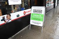 NOVA YORK, EUA, 23.03.2020 - CORONAVIRUS-EUA - Movimento na loja de eletronicos BH Photos e Video que esta relizando estratégia vendas online ou retirada na loja de forma controlada nao autorizando circulação de clientes no estabelicimento durante o periodo da pandemia de Coronaviru Covid-19 em Nova York nos Estados Unidos. (Foto: Vanessa Carvalho/Brazil Photo Press)