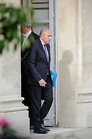 LE MINISTRE DE L ' INTERIEUR GERARD COLLOMB AU PALAIS DE L' ELYSEE APRES UNE REUNION DE TRAVAIL