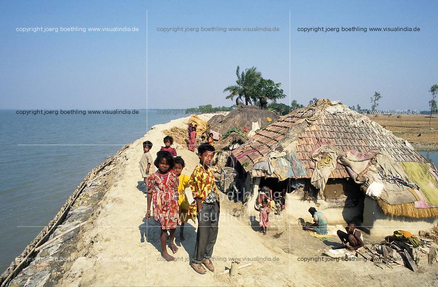 INDIA, Westbengal, Sundarbans, dyke for flood protection in ganga delta / INDIEN Westbengalen, Deich als Hochwasserschutz in den Sunderbans