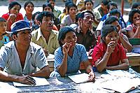 Alfabetização de adultos em acampamento de refugiados da guerra civil. El Salvador. 1982. Foto de Juca Martins.