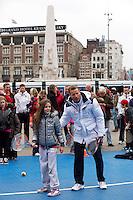 05-04-12, Netherlands, Amsterdam, Tennis, Daviscup, Netherlands-Rumania, Draw, Straattennis op de Dam, Jan Siemerink helpt een handje.