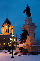 Amérique/Amérique du Nord/Canada/Québec/ Québec: Monument Samuel de Champlain et Édifice Louis S. St-Laurent, ancien bureau de poste
