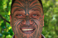 A powerful expression of identity, the traditional facial tattoos, Moko, practically disappeared in the first part of the 20th century when assimilation was the dominant ideology. Starting in the 60s, they were found again amongst the Maori prison population. Then in the 70s, it became the symbol of activist Maori nationalists. Today, with the renaissance and recognition of Maori culture, Maori university students have also adopted tattoos.