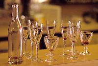 """Europe/France/Rhône-Alpes/69/Rhone/Lyon: Bouchon lyonnais """"Le Jura"""" 25 rue Tupin - Verres et pots de vin après le service"""