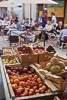 Europe/France/Provence-Alpes-Côte d'Azur/84/Vaucluse/Lubéron/Apt: Sur le marché - étal de fruits et terrasse d'un café
