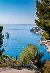 Frankreich, Provence-Alpes-Côte d'Azur, Villefranche-sur-Mer: Ausblick ueber die Altstadt, den Hafen und die Bucht von Villefranche-sur-Mer | France, Provence-Alpes-Côte d'Azur, Villefranche-sur-Mer: view across old town, port and bay