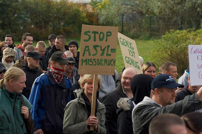 """Rechte Buerger aus Berlin Hellersdorf demonstrieren am Samstag den 26. Oktober 2013 gemeinsam mit Neonazis der NPD und der Partei """"Die Rechte"""" unter dem Motto: """"Tag der Meinungsfreiheit"""" gegen ein Fluechtlingsheim in Berlin-Hellersdorf.<br />Gegendemonstranten blockierten die Demonstration mit einer Sitzblockade, so dass die Rechten ihren Marsch abbrechen mussten.<br />Im Anschluss meldeten die Neonazis eine weitere Demonstration an. Auch hier versuchten Gegendemonstranten den Aufmarsch mit Sitzblockaden zu verhindern, wurden jedoch von der Polizei mit Gewalt von der Strasse gebracht und eingekesselt.<br />26.10.2013, Berlin<br />Copyright: Christian-Ditsch.de<br />[Inhaltsveraendernde Manipulation des Fotos nur nach ausdruecklicher Genehmigung des Fotografen. Vereinbarungen ueber Abtretung von Persoenlichkeitsrechten/Model Release der abgebildeten Person/Personen liegen nicht vor. NO MODEL RELEASE! Don't publish without copyright Christian Ditsch/version-foto.de, Veroeffentlichung nur mit Fotografennennung, sowie gegen Honorar, MwSt. und Beleg. Konto:, I N G - D i B a, IBAN DE58500105175400192269, BIC INGDDEFFXXX, Kontakt: post@christian-ditsch.de.<br />Urhebervermerk wird gemaess Paragraph 13 UHG verlangt.]"""
