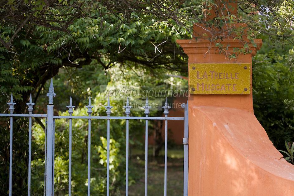"""Europe/Provence-Alpes-Côte d'Azur/83/Var/Saint-Tropez: Détail de l'entrée de la Maison de Colette """"La Treille Muscate"""" route des Salins"""