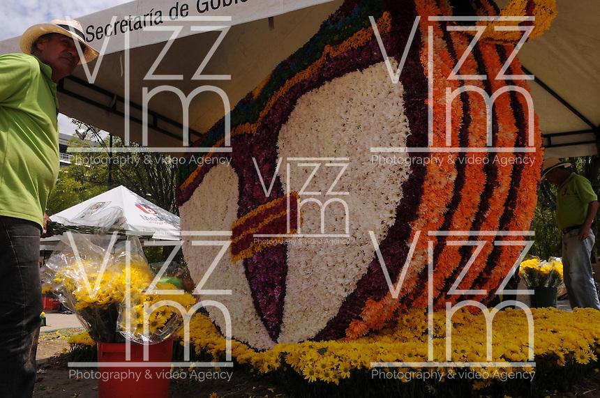 MEDELLÍN -COLOMBIA-02-08-2013. Aspecto de las figuras realizadas con flores que serán parte de la Feria de las Flores 2013 que comienza hoy en Medellín, Colombia./ Aspect of the figures made with flowers and will be part of the Flower Fair 2013 that starts today in  Medellin, Colombia.  Photo:VizzorImage/Luis Ríos/STR