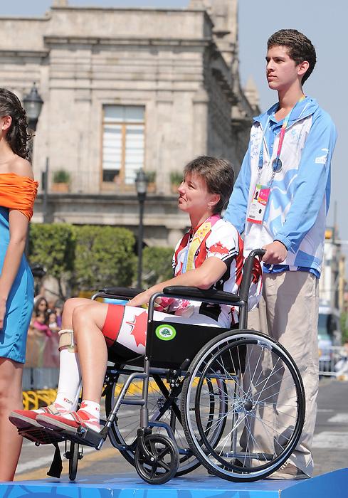 Shelley Gautier, Guadalajara 2011 - Para Cycling // Paracyclisme.<br /> Shelley Gautier receives her silver medal // Shelley Gautier reçoit sa médaille d'argent. 11/12/2011.