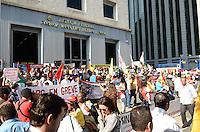 SAO PAULO, 09 DE AGOSTO DE 2012 - MANIFESTACAO GREVE SERVIDORES - Servidores publicos que estao em greve em manifestacao em frente o Forum Pedro Lessa, na Avenida Paulista, regiao central da capital, na tarde desta quinta feira. FOTO: ALEXANDRE MOREIRA - BRAZIL PHOTO PRESS