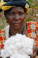 BURKINA FASO, organic cotton project, woman farmer Pandé Kandja Sory of village Nayagara / Burkina Faso, Helvetas fairtrade und Biobaumwolle Projekt -Biofarmerin Pandé Kandja Sory im Dorf Nayagara bei Bobo Dioulasso