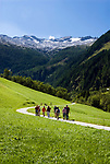 Oesterreich, Salzburger Land, Pongau, Grossarltal mit den Hohen Tauern: Wander auf dem Weg zum Oetzlsee | Austria, Salzburger Land, region Pongau: valley Grossarltal with Hohe Tauern mountains: hikers heading for lake Oetzlsee