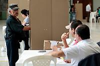 MANIZALES - COLOMBIA, 17-06-2018: Colombianos ejercen su derecho al voto durante la segunda vuelta de las elecciones presidenciales de Colombia 2018 hoy domingo 17 de junio de 2018. El candidato ganador gobernará por un periodo máximo de 4 años fijado entre el 7 de agosto de 2018 y el 7 de agosto de 2022. / Colombians exercise their right to vote during Colombia's second round of 2018 presidential election today Sunday, June 17, 2018. The winning candidate will govern for a maximum period of 4 years fixed between August 7, 2018 and August 7, 2022. Photo: VizzorImage / Santiago Ososrio / Cont