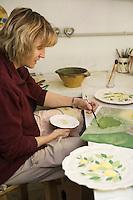 Europe/France/06/Alpes-Maritimes/Menton: Hélène Roudier, céramiste dessine des citrons sur ses assiettes
