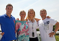 23-06-10, Tennis, England, Wimbledon, Caroline Wozniacki photoshoot, ltr: brother Patrik, mother Anna, Caroline and father Piotr