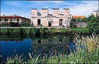 Casarile (Milano), la diroccata casa del guardiano idraulico sul Naviglio Pavese --- Casarile (Milan), the ruined house of the hydraulic guardian along the Naviglio Pavese canal