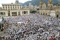 BOGOTA-COLOMBIA-9-04-2013.Miles de personas se reunieron en  La Plaza de Bolívar durante la marcha por la paz en Colombia.  Thousands of people gathered in the Plaza Bolivar during the march for peace in Colombia.Photo / VizzorImage / Felipe Caicedo / Staff