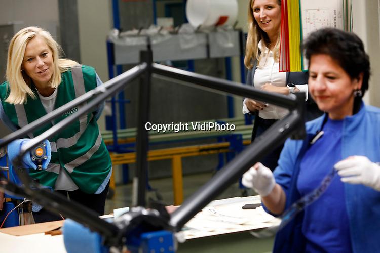 Foto: VidiPhoto<br /> <br /> HEERENVEEN - De minister voor Buitenlandse Handel en Ontwikkelingssamenwerking, Sigrid Kaag, heeft maandag een bliksenbezoek gebracht aan de Batavusfabriek van Europees Fietsfabrikant Accell Group in Heerenveen. De vraag naar fietsen als onderdeel van mobiliteit neemt wereldwijd een enorme vlucht, mede door verbeterde en veiliger infrastructuur, electrificatie (e-bike) en fiscale maatregelen. De minister toonde vooral belangstelling voor ontwikkeling van de fiets als transportmiddel en wilde weten welke overheidsmaatregels er nodig zijn om dit nog meer te stimuleren. Bij Batavus kreeg de minister een rondleiding in de productiehal.
