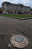 LONDRES-UK-25-05-2013. Marca del Marker of The Diana, Princess of Wales, Memorial Walk  en frente del Palacio de  Buckingham, Londes. Marker of The Diana, Princess of Wales, Memorial Walk in front of  Buckingham Palace, London. Photo: VizzorImage