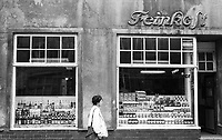 East Germany, GDR German Democratic Republic, Wismar, so called delicatessen shop with alcohol and conserves, black and white image from 1987 / Ostdeutschland, DDR, Deutsche Demokratische Republik, Wismar, Feinkost Geschaeft mit viel Alkohol und Konserven am Marktplatz