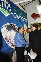 Journalist Peter King vor dem Super Bowl Sieger Logo der Steelers<br /> Super Bowl XLIII - Arizona Cardinals vs. Pittsburgh Steelers<br /> *** Local Caption *** Foto ist honorarpflichtig! zzgl. gesetzl. MwSt. Auf Anfrage in hoeherer Qualitaet/Aufloesung. Belegexemplar an: Marc Schueler, Am Ziegelfalltor 4, 64625 Bensheim, Tel. +49 (0) 6251 86 96 134, www.gameday-mediaservices.de. Email: marc.schueler@gameday-mediaservices.de, Bankverbindung: Volksbank Bergstrasse, Kto.: 151297, BLZ: 50960101