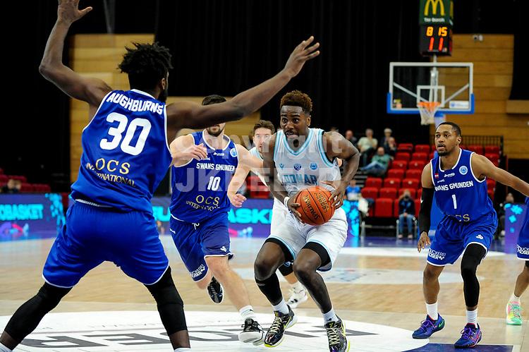 GRONINGEN - FIBA Basketbal-bubbel. Donar - Allianz Swans Gmunden seizoen 2021-2022, 29-09-2021, Donar speler Donte Ingram met Gmunden speler Branden Aughbruns