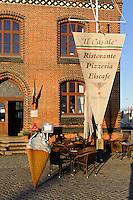 Neugotisches Zollhaus von 1888 am alten Hafen mit Restaurant Il Casale  in Wismar, Mecklenburg-Vorpommern, Deutschland, UNESCO-Weltkulturerbe