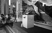 berlino, quartiere mitte. un uomo beve birra presso la vetrina di un negozio sportivo puma allestito per i mondiali di atletica leggera --- berlin, mitte district. a man drinking beer by the shop window of a puma sports shop that is set up for the World Championships in Athletics