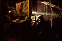 SUDAFRICA - Kimberley, miniera di diamanti di Bultfontein ( Miniere De Beers): un minatore al lavoro all'interno della miniera. Tutto intorno è buio, l'unica fonte di luce è la sua torcia frontale.