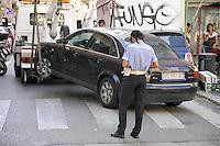 - Milan, illegally parked car removed<br /> <br /> - Milano, rimozione di un auto in sosta vietata