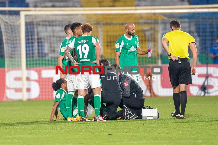 12.09.2020, Ernst-Abbe-Sportfeld, Jena, GER, DFB-Pokal, 1. Runde, FC Carl Zeiss Jena vs SV Werder Bremen<br /> <br /> <br /> Tahith Chong (Werder Bremen #22) wird erneut  von Dr. Daniel Hellermann (Mannschaftsarzt Werder Bremen) behandelt Joshua Sargent (Werder Bremen #19)<br /> Ömer / Oemer Toprak (Werder Bremen #21)<br /> Daniel Siebert (Schiedsrichter / Referee)<br /> <br />  <br /> <br /> <br /> Foto © nordphoto / Kokenge