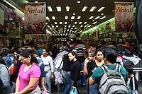 SAO PAULO, SP, 10 DEZEMBRO DE 2011 - CONSUMO BRAS - Movimentacao de consumidores na região do Bras area da comercio popular da cidade, neste sabado, 10. (FOTO: RICARDO LOU - NEWS FREE).