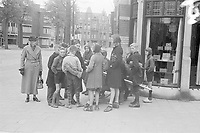 Photo from the NIOD's Huizinga collection. A group of children, who illegally demolishes firewood from vacant buildings because of the fuel shortage in The Hague, is waiting for the police to leave.