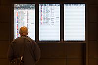 Mit 9 Jahren Verspaetung wurde am 31. Oktober 2020 der Flughafen Berlin-Brandenburg BER in Schoenefeld eroeffnet.<br /> Im Bild: Ein Mann steht vor der Tafel mit den Abfluhinweisen.<br /> 31.10.2020, Schoenefeld<br /> Copyright: Christian-Ditsch.de