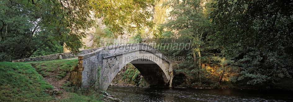 Europe/France/89/Bourgogne/Yonne/Env de Saint Père Sous Vézelay/Pierre-Perthuis: Pont Romain sur la Cure